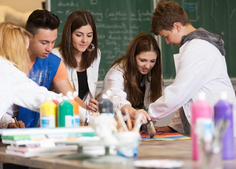 Estudiantes realizan proyectos de arte