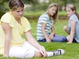 Niñas acosando a otra niña al aire libre