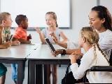Un maestro trabaja con un alumno con discapacidad